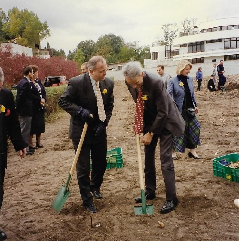 1997 wrzesien z Amb. Christopherem Humem przed Hospicjum OK