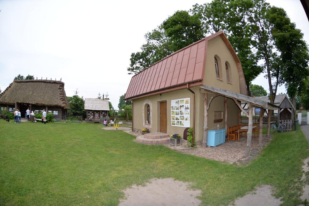Dom zbudowany własnym sumptem z gliny i słomy