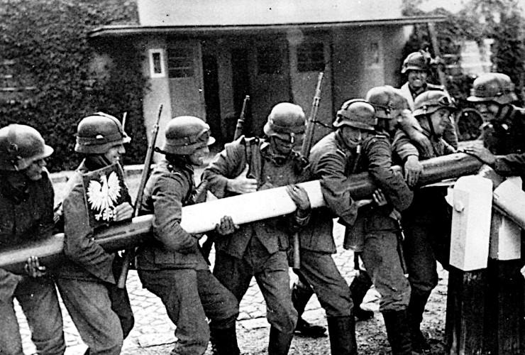 Niemieccy żołnierze wyłamują szlaban graniczny