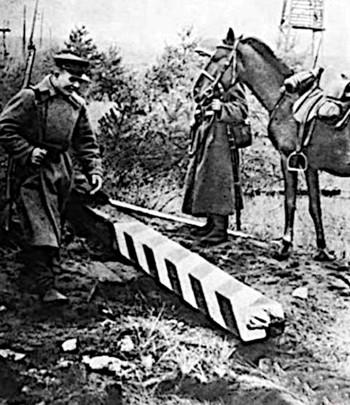 17.09.1939 r. Czerwonoarmiści przy polskim słupie granicznym