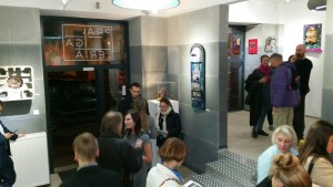Ludzie w galerii 2 600