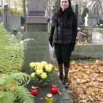 Monika Pac-Iskandar, prezes Hajoty Press Club, przy grobie patronki klubu