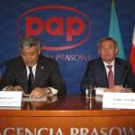 Minister Dżoszybajew (z lewej) i ambasador Utembajew