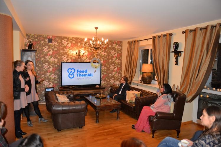 Z prawej, w fotelu, Monika Iskandar - prezes Hajoty Press Club